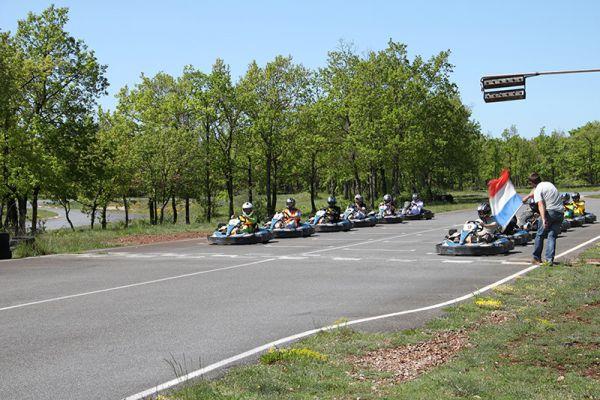01-depart-karting-en-grille-millauBDABDD35-B828-91ED-1830-1278E85DBC4E.jpg